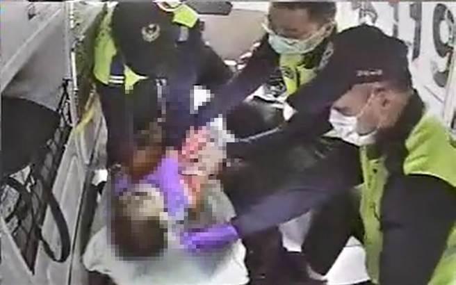 新竹縣一男童從高處墜落,緊急送醫急救中。(翻攝照片/莊旻靜新竹傳真)