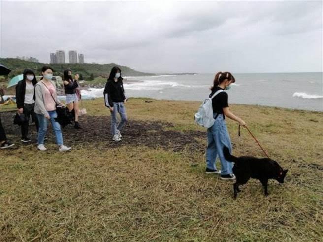 淡江大學教官林石麟日前帶領75位學生至淡水動物之家志工服務(戴上容翻攝)