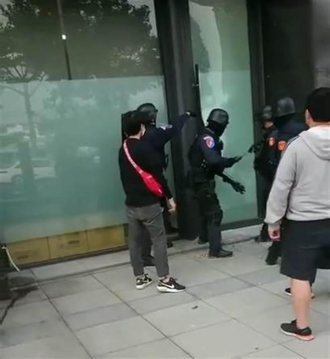警方到大樓攻堅,破獲該賭博網站。(翻攝照片/林郁平台北傳真)