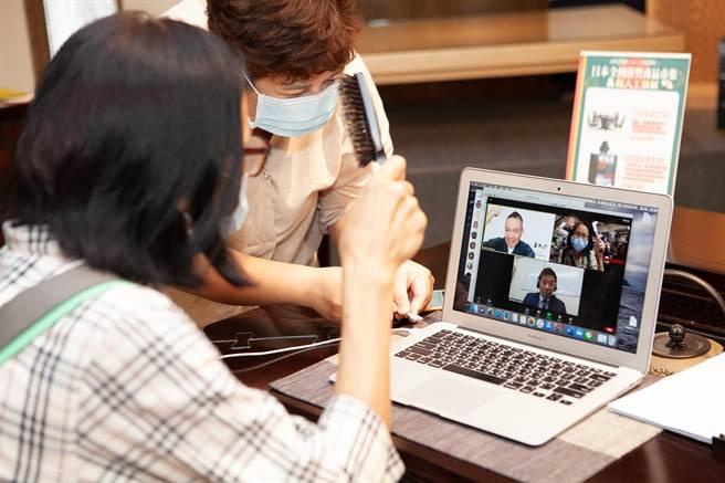 日本展首創推出了與日本職人「線上視訊購物」的服務,由日本職人親自為您在線上專業講解商品,現場還會配有專業的翻譯人員。(大立提供)