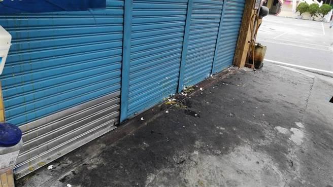 梁嫌位於高雄阿蓮區的住家,今天下午遭到憤怒民眾蛋洗。(圖/記者林雅惠攝)