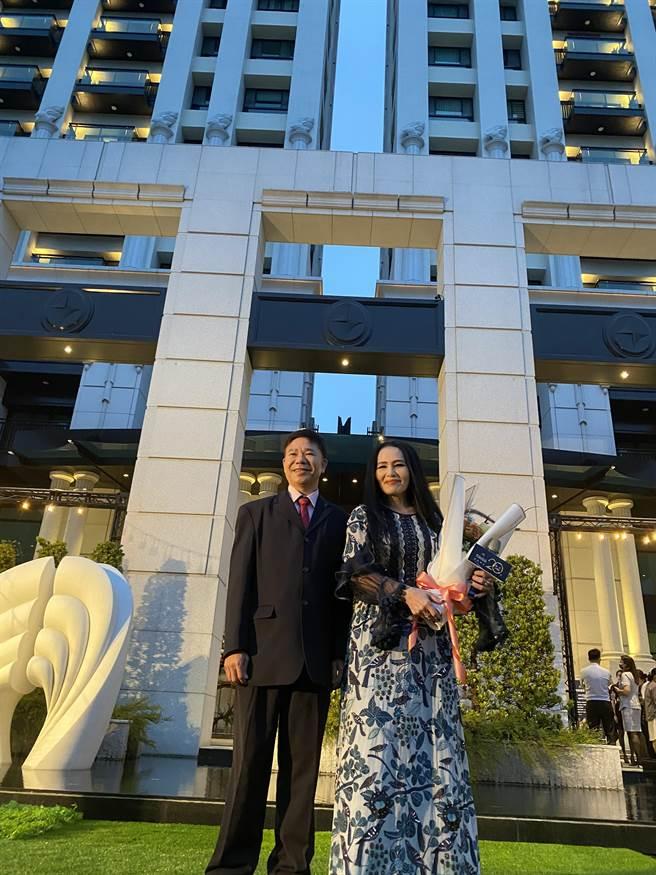 芳崗建設20週年感恩會,力邀潘越雲(右)等民歌手獻唱。(柯宗緯攝)
