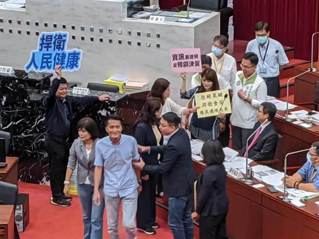 反對萊豬進口,高雄巿議會國民黨團拿出看板,包圍巿長陳其邁。(曹明正攝)