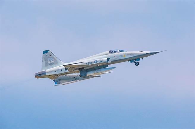 編號5261隸屬志航基地第七聯隊的單座F-5E戰機墜落台東外海。圖為F-5E戰機。(陳姓航空迷提供)