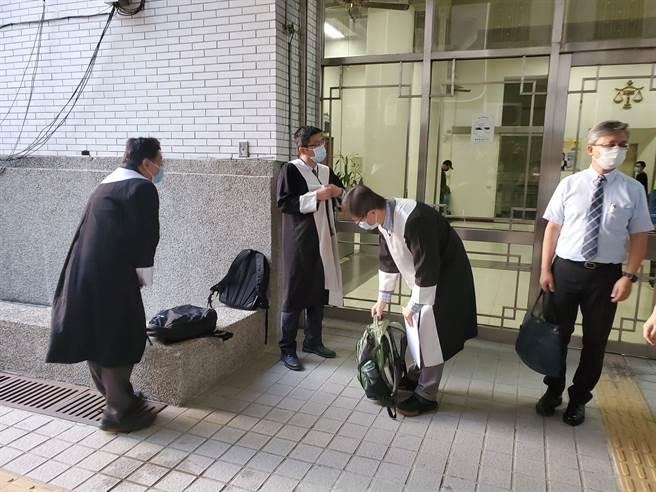 雲林地方法院宣判駁回後,3名法扶律師走出法庭顯得洩氣,右二是前環保署副署長、律師詹順貴。(周麗蘭攝)