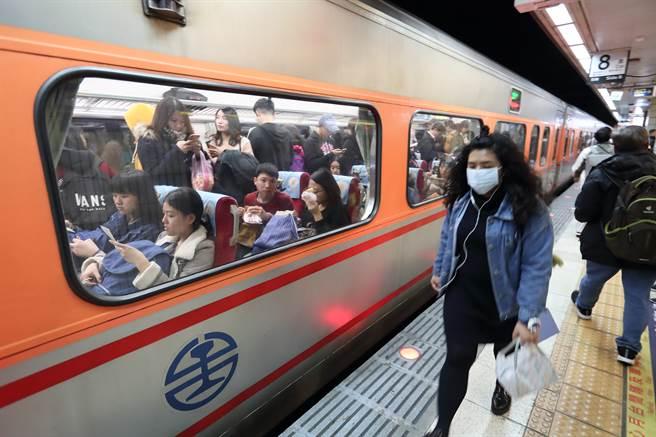 一名女大生搭自強號遇到詭異乘客,全程幾乎都站在她面前和她對視,奇怪舉動讓網友看了直呼,「超級尷尬!」(資料照片/鄭任南攝)