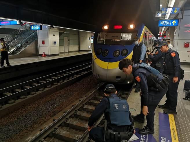 救护人员协助男子脱困后(图/台铁提供)
