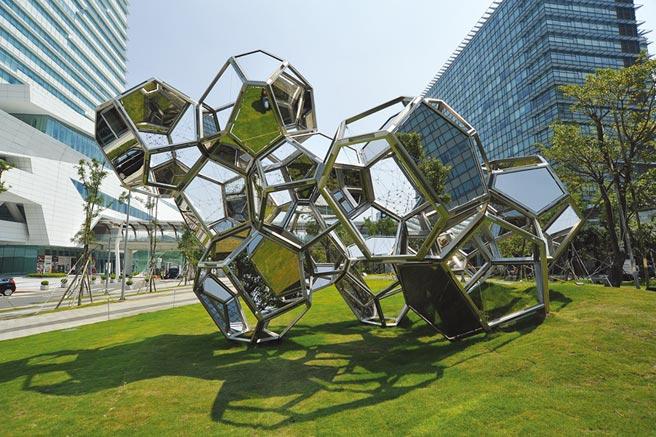 阿根廷藝術家Tomas Saraceno的作品《雲城市:HAT-P-12》坐落於中國信託金融園區旁的三重世貿公園,藝術家以多邊形不銹鋼鏡面打造出「雲」的意象。圖/中信銀行提供