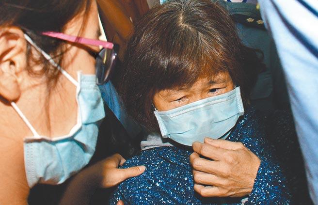 F-5E殉職飛官朱冠甍的母親遠從彰化趕到台東,朱媽媽強忍悲痛地說,我不會流淚,只當他去旅遊,我是來幫他整理行李的。(莊哲權攝)