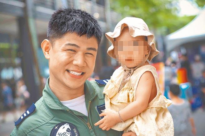 空军一架F-5E战机29日失事,飞官朱冠甍上尉伤重送医不治,图为与女儿合影。(中央社)