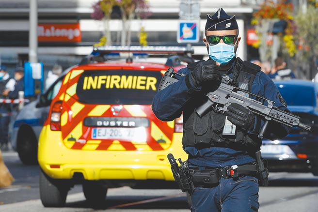法國尼斯發生恐攻,全副武裝的警方迅速趕到現場,開槍將歹徒制伏。(路透)