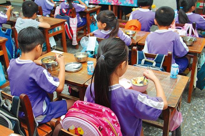 苗栗縣政府維護學童食品安全,要求縣內所有學校午餐全面使用具有3章1Q的國產豬肉。(何冠嫻攝)