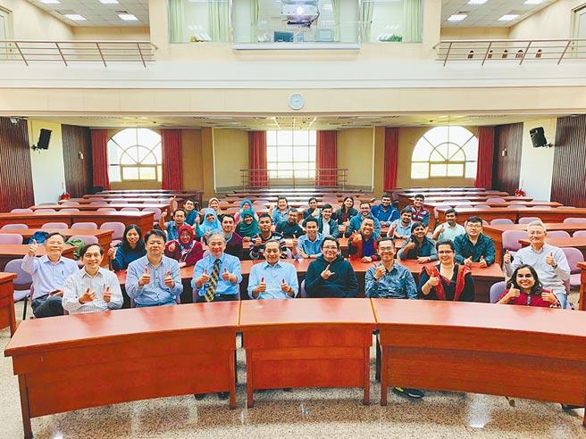 朝陽科大校長鄭道明(左前四)致力於提升學校國際學術聲望,吸引優秀境外博士生投入研究團隊。(朝陽科大提供/林欣儀台中傳真)
