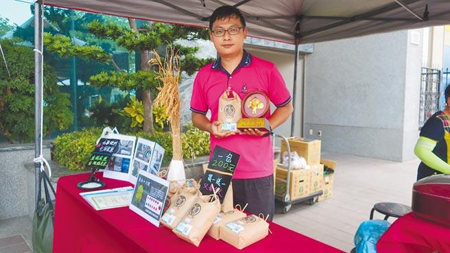 28歲的天龍國小子簡江翰,從台北市回到彰化永靖鄉下種稻,推廣台灣越光米,初試啼聲就獲得全縣稻米達人冠軍。(謝瓊雲攝)