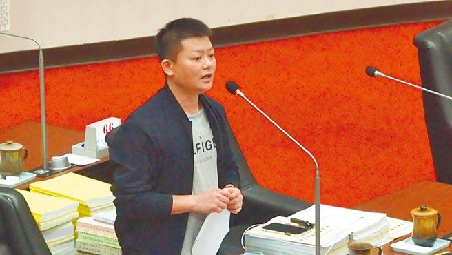 高雄巿議員曾俊傑29日質詢表示,「高雄表參道計畫」不要只是口號喊一喊。(曹明正攝)