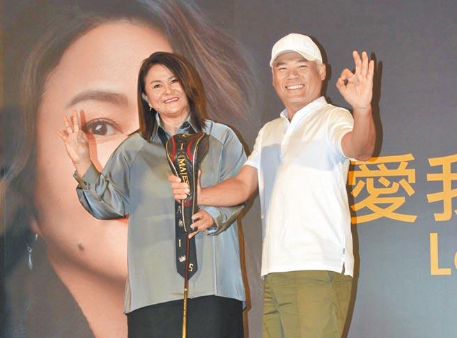 巫啟賢(右)昨鼓勵裘海正不要放棄唱歌志業。(海樂提供)