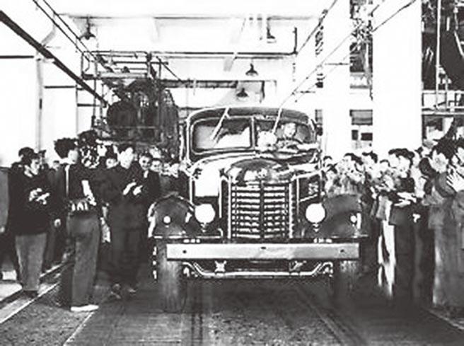 大陸第一個五年計畫期間,第一批解放牌汽車試製成功。(取自北京日報)