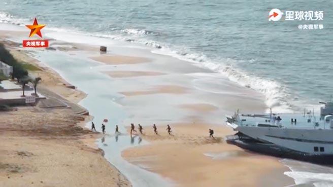 央視10月15日發布的短片《海軍登陸艦訓練畫面超震撼》。(取自微博@環球網)