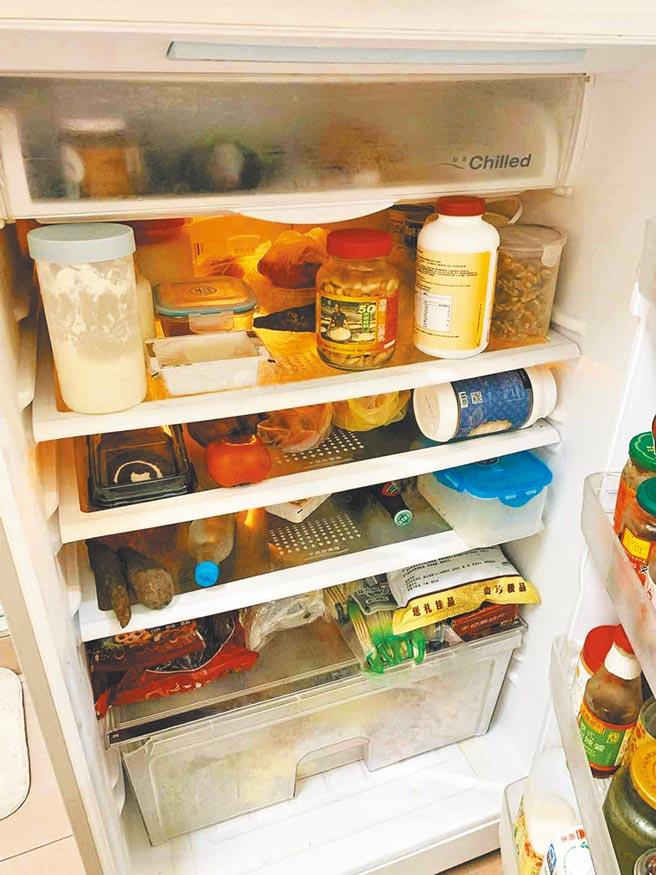 冰箱放滿食物,充滿生活味。(作者提供)