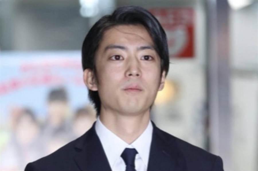 伊藤健太郎肇事被逮捕后10月30日获释,身着西装走出湾岸署,神情凝重。(取自《日刊スポーツ》)