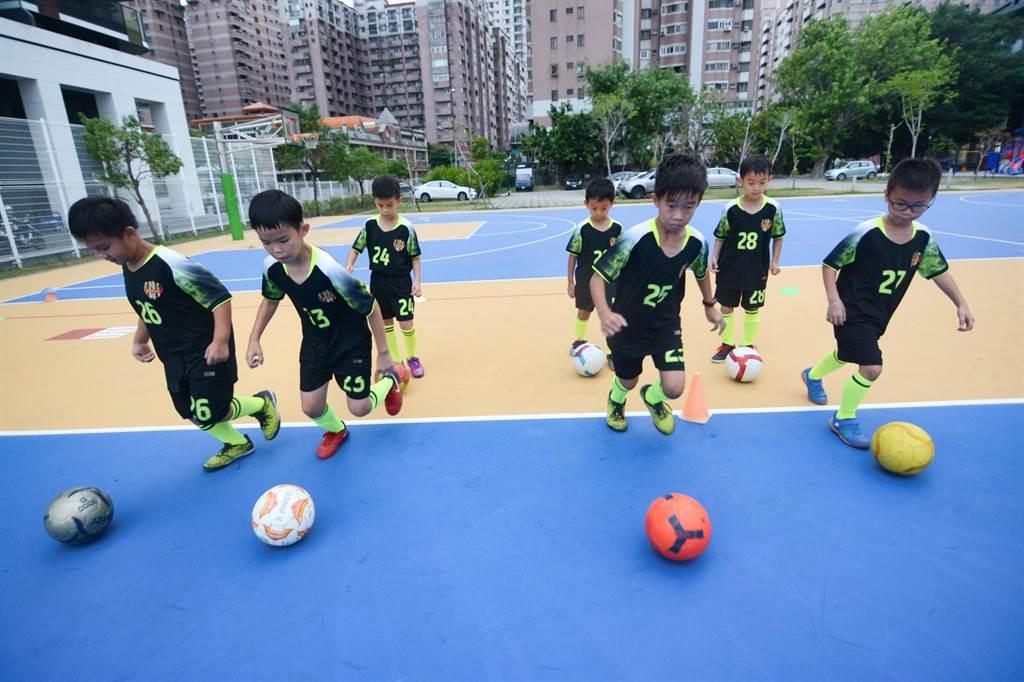 河堤國小因操場養護禁止進入,足球隊球員平時只能在籃球場練習。(林宏聰攝)