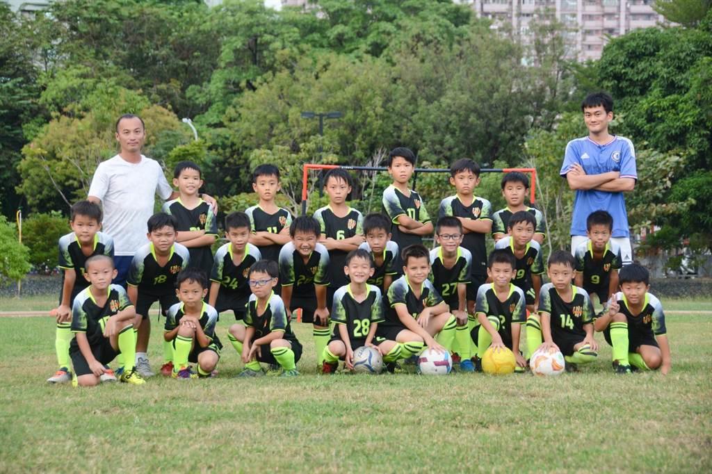 高雄市河堤國小足球隊成軍短短1年,亮眼成績漸漸吸引其他足球名校關注。(林宏聰攝)
