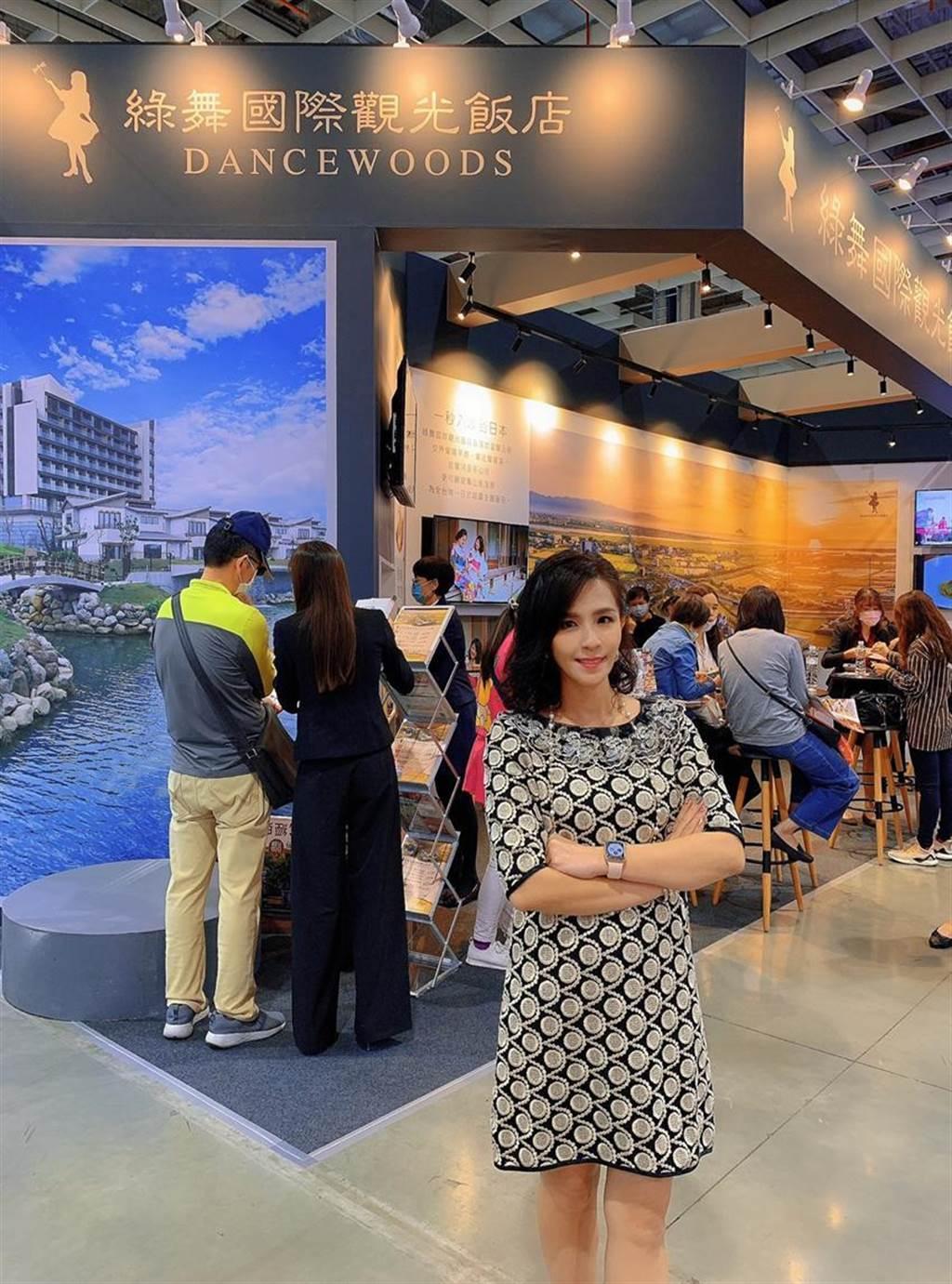 綠舞飯店美麗的董事長藍心瑩在台北國際旅展現場親自督軍。(張佩芬攝)