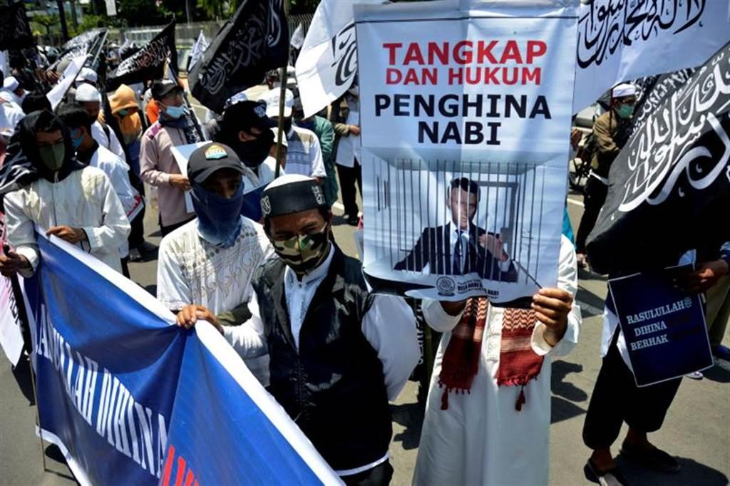 法國總統馬克洪針對伊斯蘭教的言論在亞洲和中東地區引發不滿,印尼南蘇拉威西省舉行反馬克洪示威。(路透社)