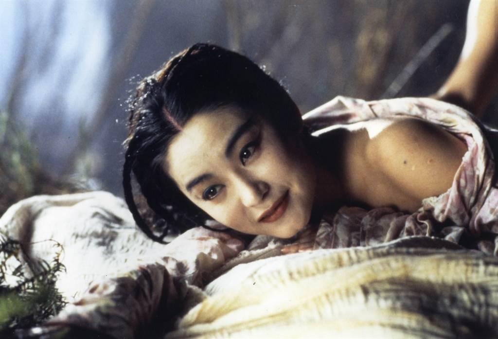 林青霞在《白髮魔女傳》展現性感風情。(本報系資料照)