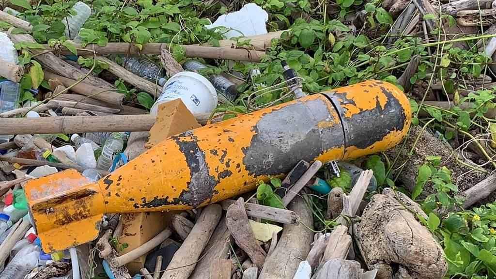 外木山湖海路1.9 公里處,有民眾發現1枚疑似未爆彈。(翻攝照片/陳彩玲基隆傳真)