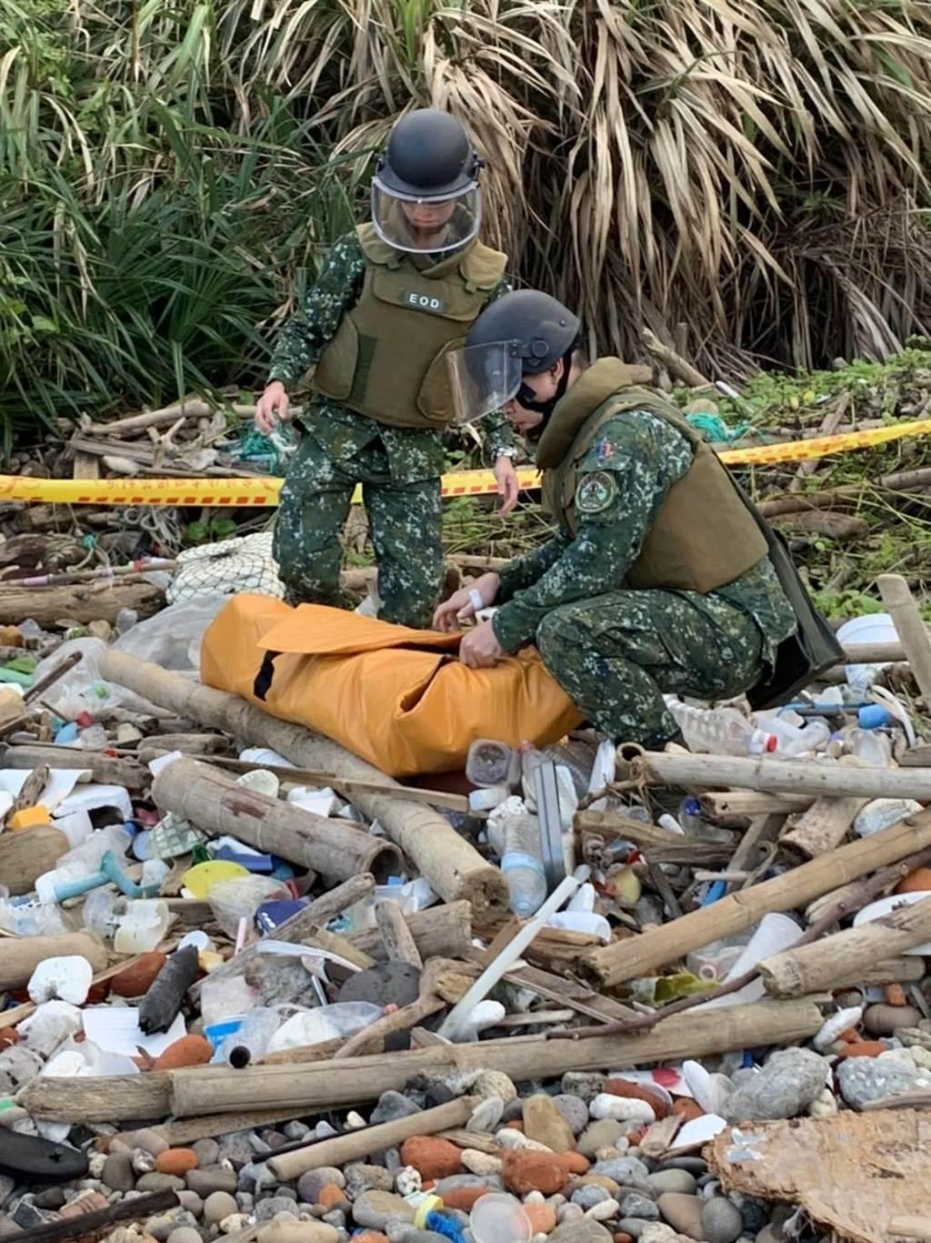 未爆彈處理組人員採用防爆毯包覆,帶回鑑定。(翻攝照片/陳彩玲基隆傳真)