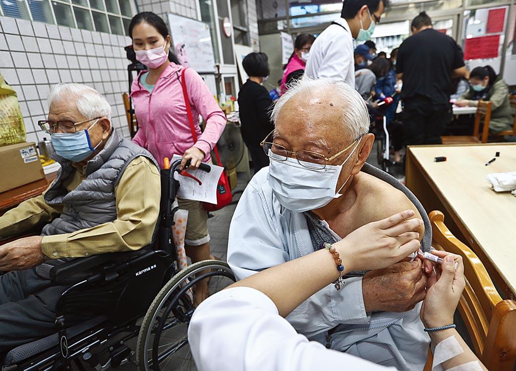 專家表示,流感從去年10月到現在死了161人,遠超過新冠肺炎,所以流感疫苗還是要打。(本報資料照片)