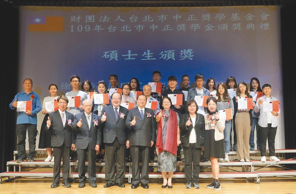 台北市中正奖学基金会成立45年,每年以孳息捐款,奖助北市优秀学子,近3年就发给1172人、近1000万元。图为今年10月17日发给104位学子奖学金。(台北市中正奖学基金会提供)