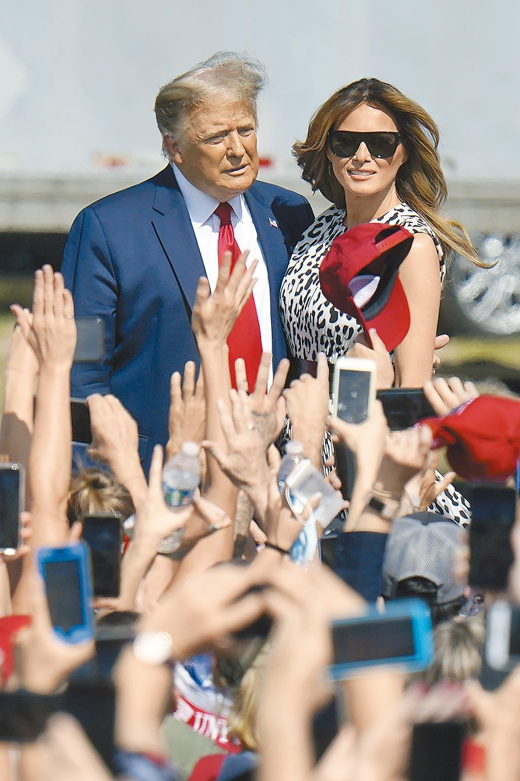 美國總統川普和夫人梅蘭妮亞29日抵達佛州坦帕市造勢。(美聯社)