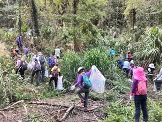 新竹林區管理處大湖工作站攜手社區 拔除近千公斤小花蔓澤蘭