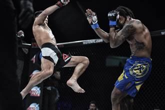 拳手被KO秒昏厥「像殭屍站著未倒」 行家:格鬥40年沒看過