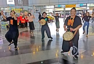 半島歌謠祭屏東火車站快閃演出 旅客駐足欣賞