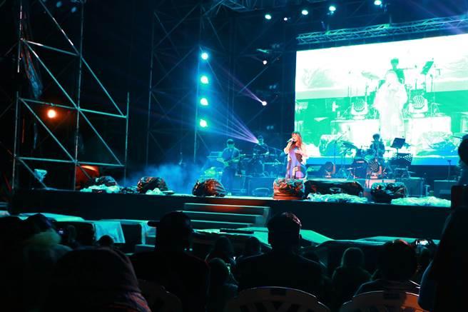 2020斜坡上的藝術節30日在潮州林後四林園區熱鬧登場,並由知名歌手家家嗨唱揭開序幕。(謝佳潾攝)