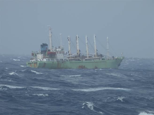 海巡署艦隊接獲通報,在鵝鑾鼻西南方295浬處,有一艘巴拿馬籍「高昇輪」因不明原因失去動力受困海上。(圖/海巡署提供)