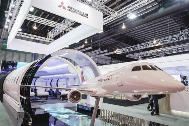 三菱重工暫停開發首款日本國產噴射客機。圖為該公司在新加坡展示的機身模型。(美聯社)
