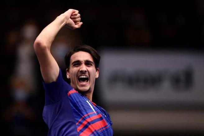 義大利男網選手索內戈一生敗多勝少,沒想到在維也納公開賽痛宰球王喬柯維奇。(路透)