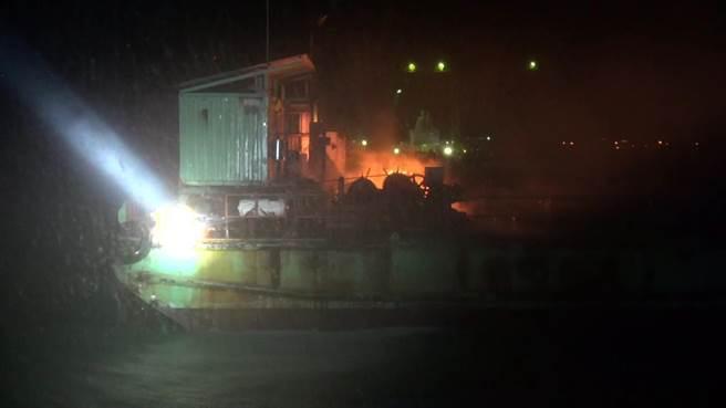 金門大橋新建工程昨(30)日深夜傳出火警,1艘停泊海上的工作船失火。(金門海巡隊提供)