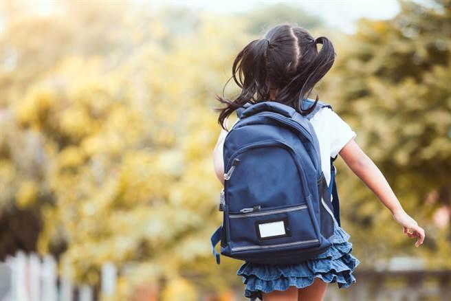 一位5歲女童在母親不在家時,遭母親的男友在樓梯間逼口交。(示意圖/Shutterstock)★奇亿關心您,請尊重身體自主權!請撥打113、110