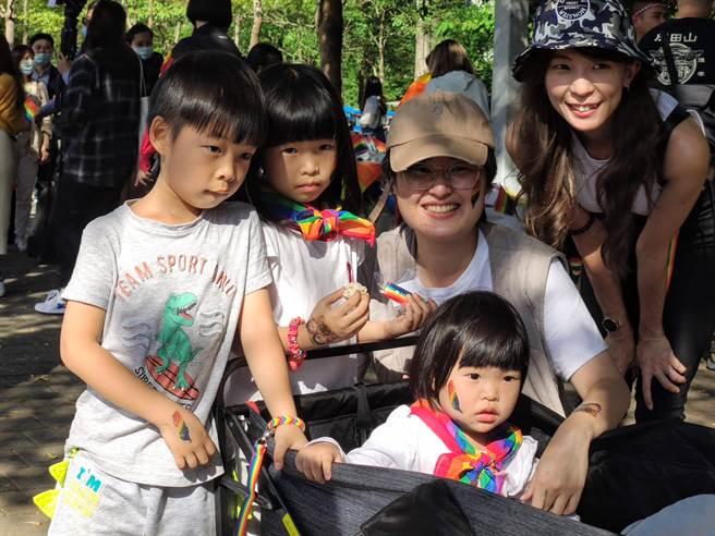 第 18 屆台灣同志遊行今天登場!本屆同志遊行主題為「成人之美」,參與的民眾中不乏有許多家庭。(林良齊攝)