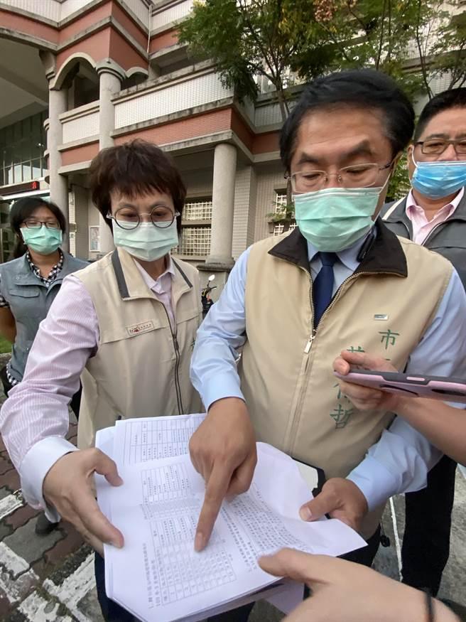 台南市長黃偉哲針對遭指公部門怠惰、路燈不亮,他出示證據強調路燈僅2盞不亮。(曹婷婷攝)