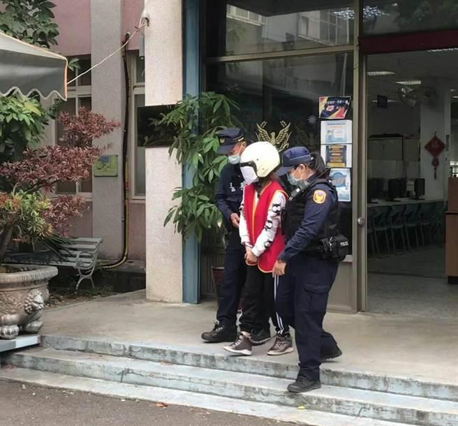 桃園市八德警分局員警日前在介壽路查訪1名30歲范姓越南籍女子,她雖然不斷逃跑,但仍被警方逮捕。(警方提供/賴佑維桃園傳真)
