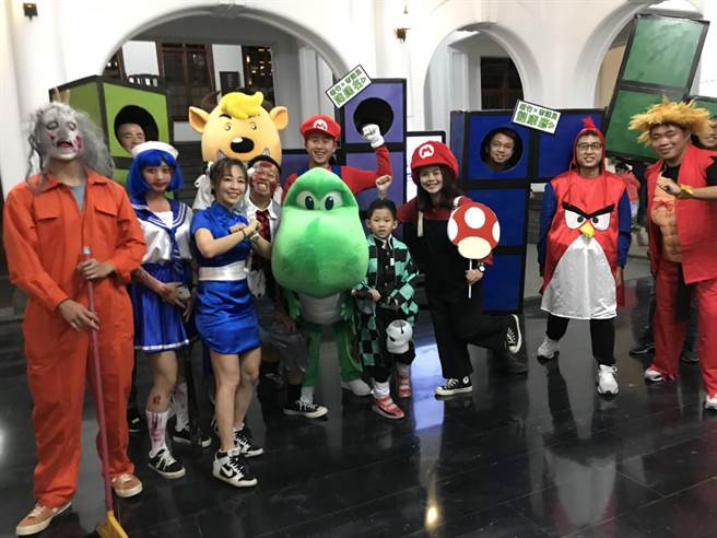 新竹市「2020萬聖節大遊行」今晚登場,市長林智堅(中)今年1人分飾2角,變身為騎著恐龍的瑪莉歐。(陳育賢攝)