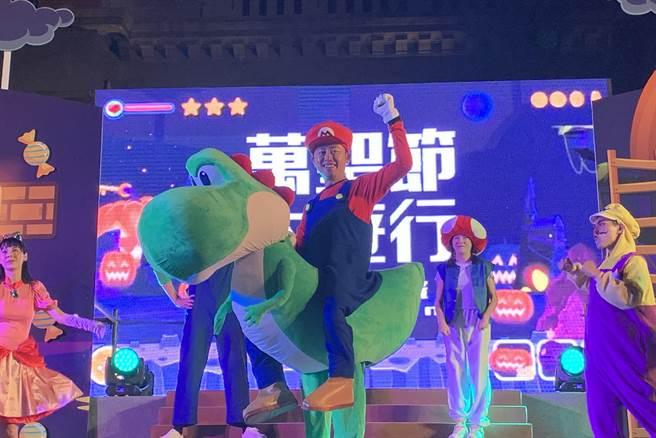 新竹市「2020萬聖節大遊行」今晚登場,市長林智堅今年1人分飾2角,變身為騎著恐龍的瑪莉歐。(陳育賢攝)