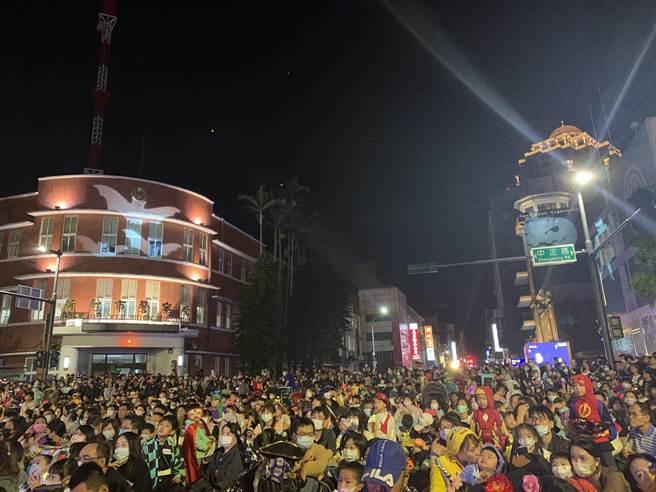 新竹市「2020萬聖節大遊行」今晚登場,現場吸引數千位親子共同變裝參與。(陳育賢攝)