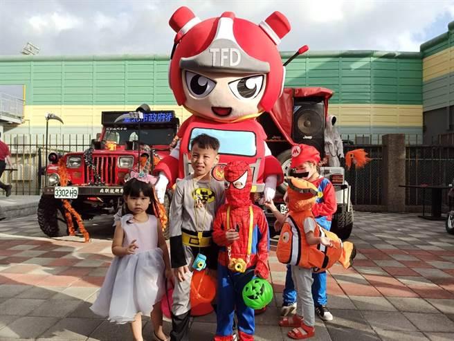 許多小朋友到天母參加「百鬼夜行踩街」萬聖節活動。(翻攝照片/林郁平台北傳真)